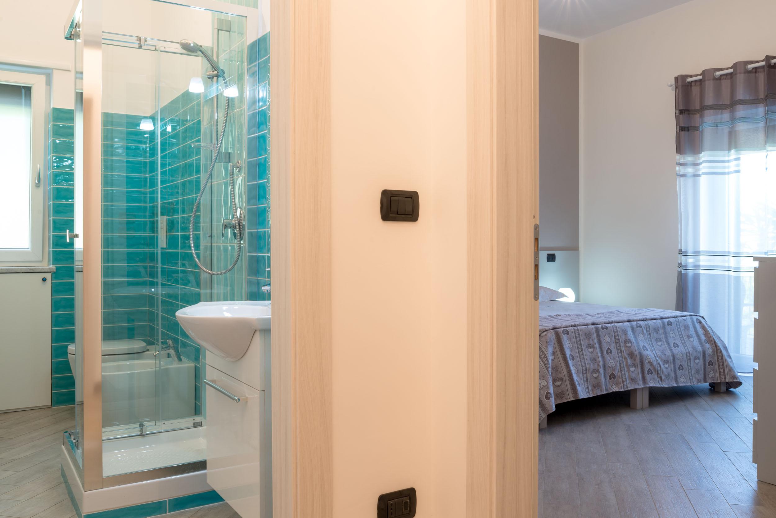 Camere molto semplici piano seminterrato con bagno in comune